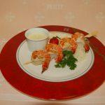 Entrée brochette de crevettes, riz avec sauce citron